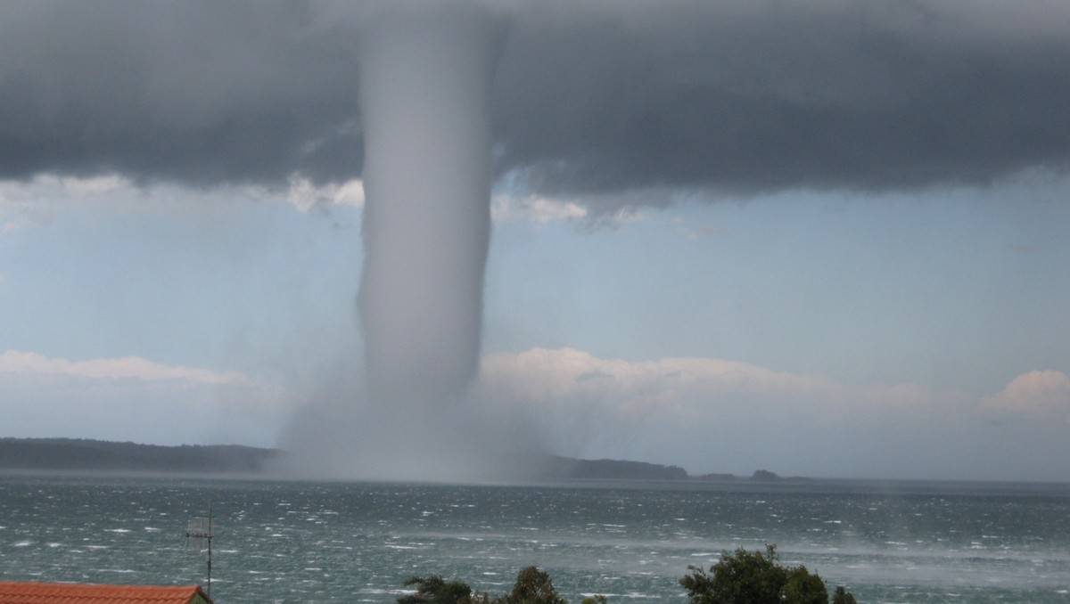 Giant waterspout offshore from Batemans Bay. Image Credit: Len Tompkins